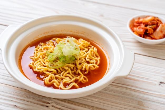 Nouilles instantanées coréennes épicées au kimchi