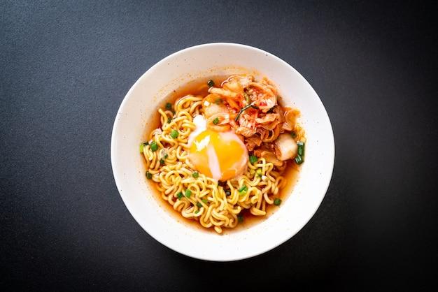 Nouilles instantanées coréennes avec kimchi et oeuf
