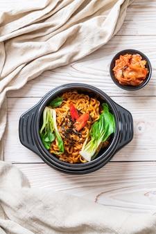 Nouilles instantanées coréennes avec légumes et kimchi
