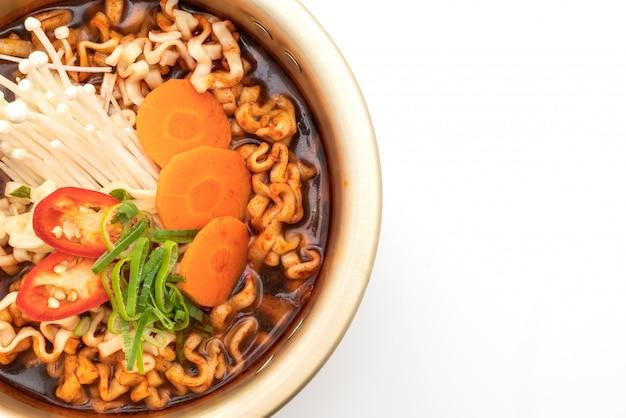 Nouilles instantanées coréennes en pot doré - style de cuisine coréenne
