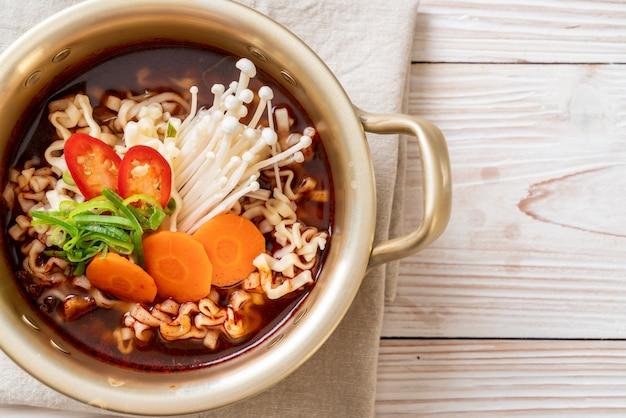 Nouilles instantanées coréennes en pot doré