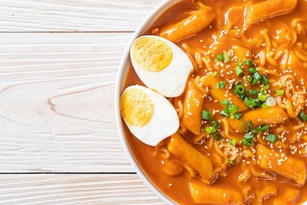 Nouilles instantanées coréennes et tteokbokki dans une sauce épicée coréenne, rabokki - style de cuisine coréenne