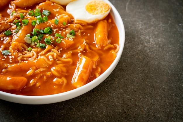 Nouilles instantanées coréennes et tteokbokki dans une sauce épicée coréenne
