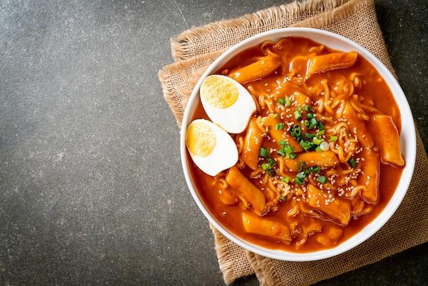 Nouilles instantanées coréennes et tteokbokki à la sauce épicée coréenne, rabokki - style de cuisine coréenne