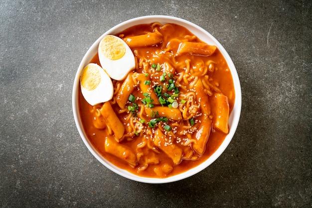 Nouilles instantanées coréennes et tteokbokki à la sauce épicée coréenne, rabokki
