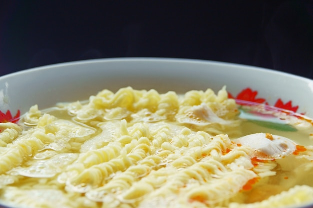 Nouilles instantanées dans un plat bouchent de fond