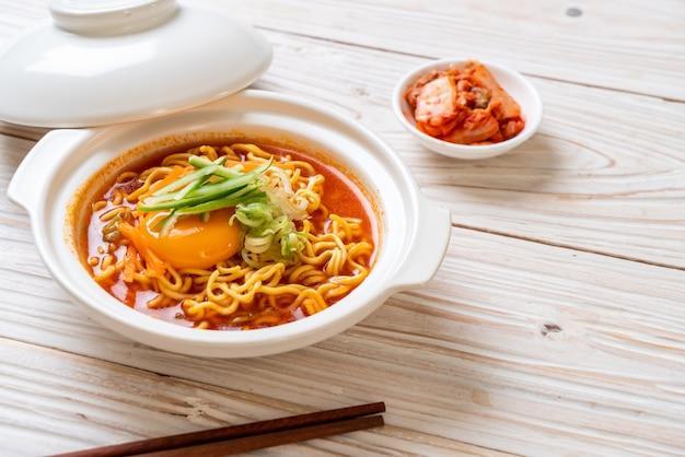 Nouilles instantanées épicées coréennes avec oeuf, légumes et kimchi