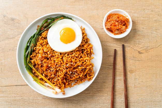Nouilles instantanées épicées coréennes séchées faites maison avec oeuf au plat