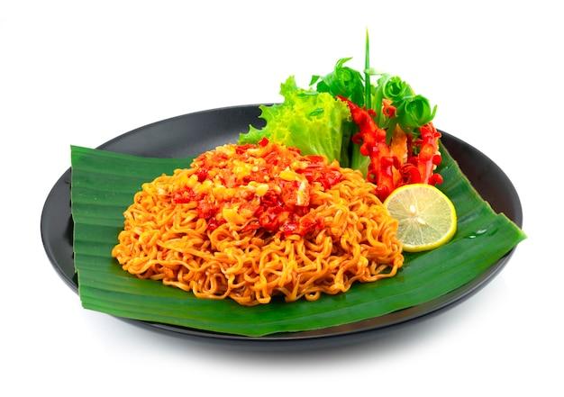 Nouilles instantanées épicées avec sauce piquante au sambal populaire en indonésie, en malaisie et à singapour décoration légumes sculptés