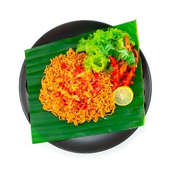 Nouilles instantanées épicées avec sauce piquante au sambal populaire en indonésie, en malaisie et à singapour décoration vue de dessus de légumes sculptés