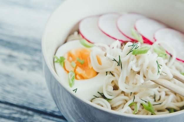 Nouilles instantanées sur fond en bois. nouilles instantanées chinoises cuites.