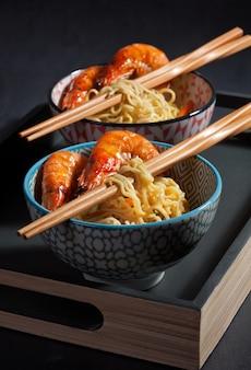 Nouilles instantanées fraîchement cuites. cuisine asiatique