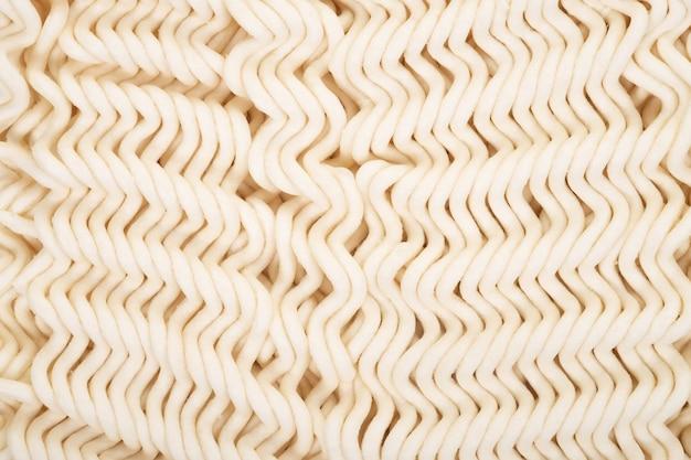 Nouilles instantanées isolés sur fond blanc