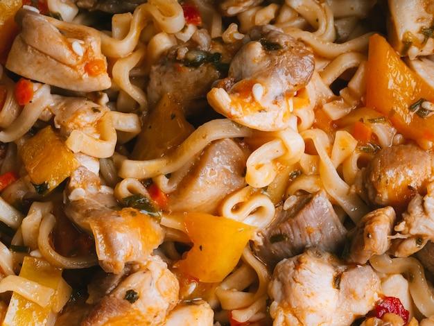 Nouilles instantanées, pâtes, wok aux légumes et viande de poulet à la sauce piquante