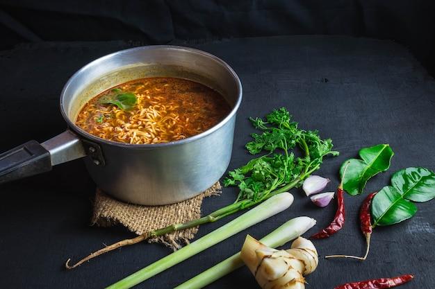 Nouilles instantanées en pot épicé avec des épices et des légumes.