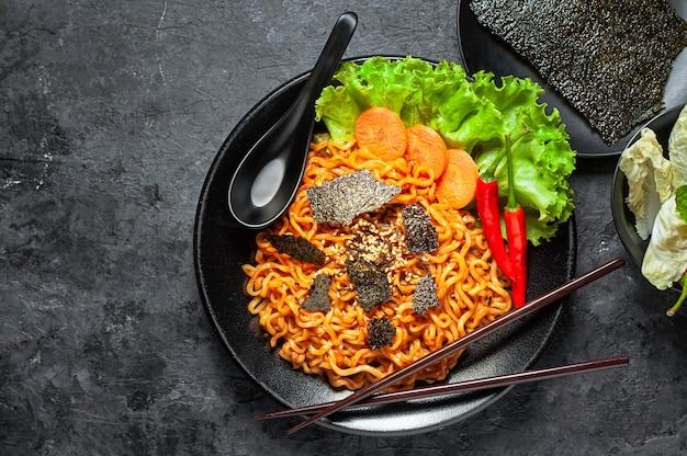 Nouilles instantanées ramen à saveur de poulet épicée coréenne, nouilles sautées.