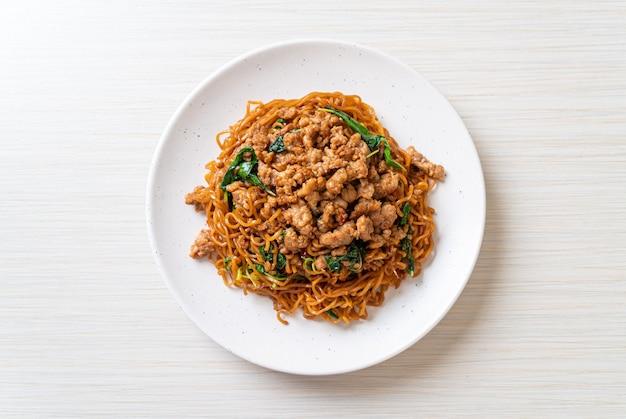 Nouilles instantanées sautées au basilic thaï et au porc haché - style cuisine asiatique