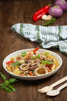 Nouilles instantanées sautées aux fruits de mer et légumes variés