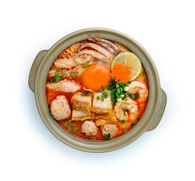 Nouilles instantanées avec soupe tom yum crémeuse épicée