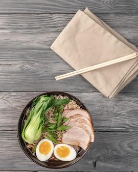 Nouilles instantanées avec tranches de porc et bok choy. vue de dessus. copiez l'espace.