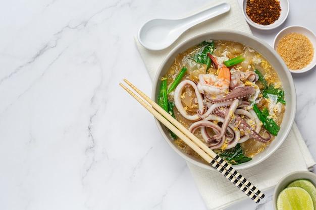 Nouilles larges en sauce aux fruits de mer ou rad na