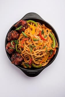 Nouilles mandchoues hakka ou schezwan, plats indochinois populaires servis dans un bol. mise au point sélective