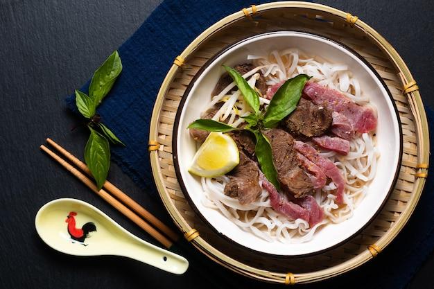 Nouilles pho vietnamiennes concept de cuisine asiatique sur fond noir avec espace de copie
