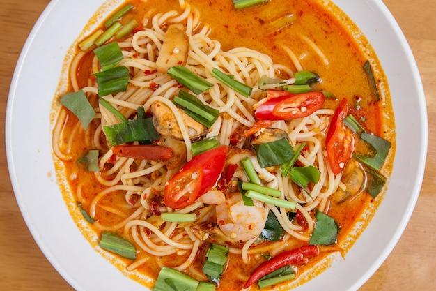 Nouilles piment épicées aux fruits de mer, tom yum thaïlande nourriture