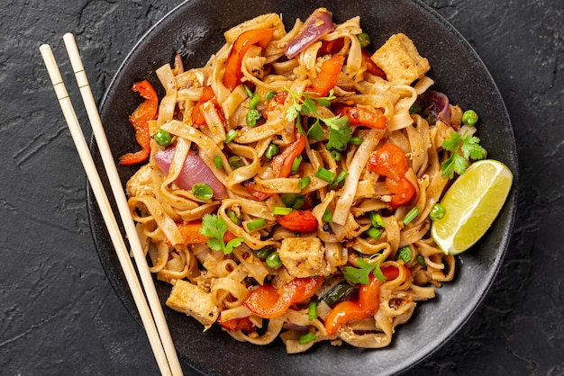 Nouilles plates avec légumes et poulet