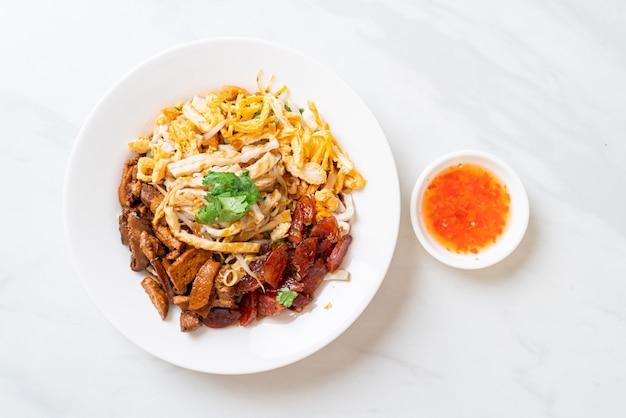 Nouilles de poisson chinoises à la vapeur - style cuisine asiatique