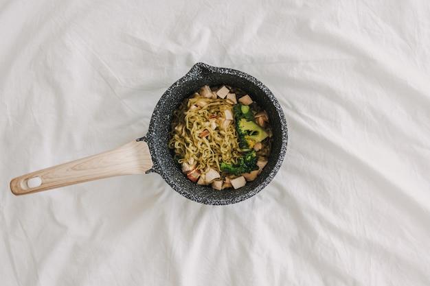 Nouilles de poulet au brocoli servies dans une chaudière