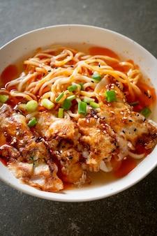 Nouilles ramen avec gyoza ou boulettes de porc - style de cuisine asiatique