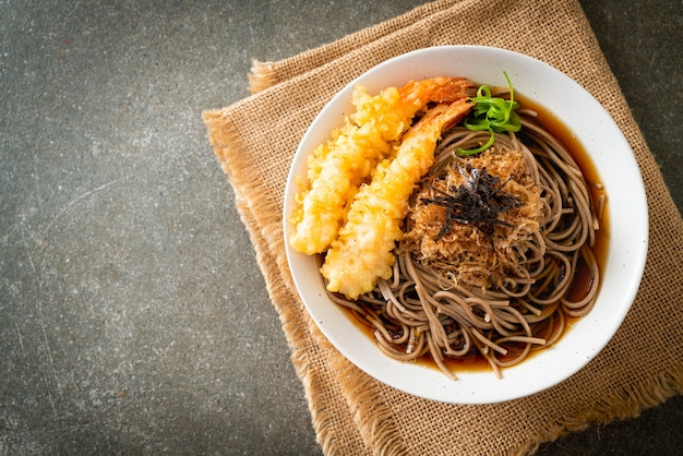 Nouilles ramen japonaises aux crevettes tempura - style cuisine asiatique