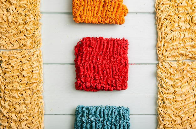 Nouilles ramen plates et colorées