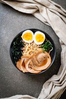 Nouilles ramen shoyu avec du porc et des œufs - style de cuisine japonaise