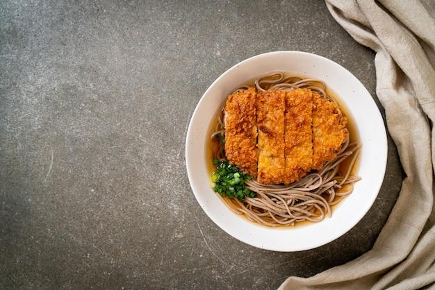 Nouilles ramen soba avec escalope de porc frite japonaise (tonkatsu) - cuisine asiatique