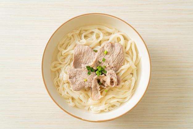 Nouilles ramen udon maison avec du porc dans une soupe claire