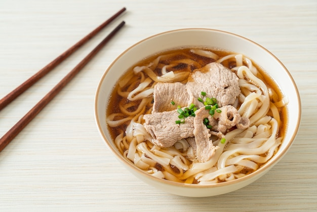 Nouilles ramen udon maison avec du porc dans une soupe de soja ou de shoyu