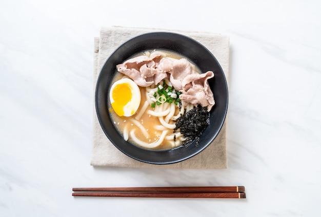 Nouilles ramen udon avec soupe au porc