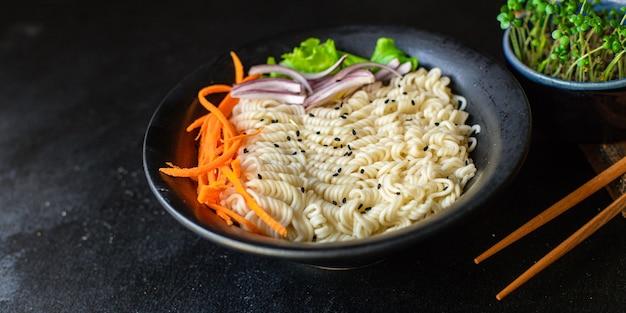 Nouilles de riz au poisson ou pâtes de cellophane en verre de blé, saumon aux fruits de mer, régime pescétarien