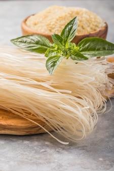Nouilles de riz blanches séchées pâtes crues nouilles non cuites sur plaque vue de dessus
