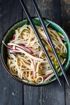 Nouilles De Riz Champignons Enoki Pâtes Cellophane De Légumes Soupe Miso Ramen Funchose Pho Fruits De Mer Photo Premium