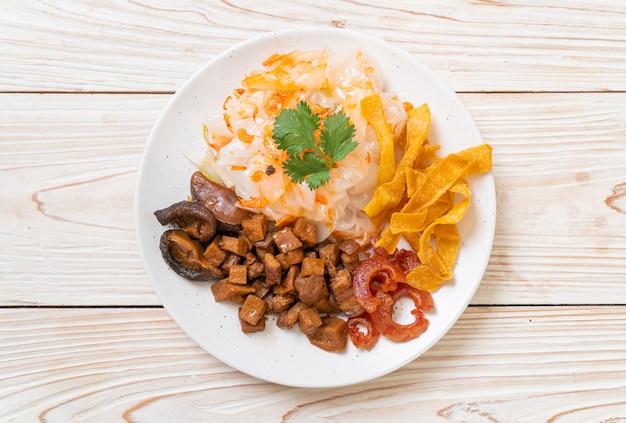 Nouilles de riz chinois à la vapeur avec du porc et du tofu à la sauce soja sucrée, style asiatique