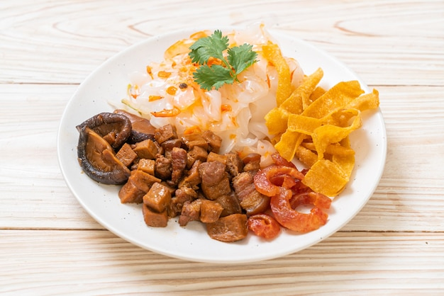 Nouilles de riz chinois à la vapeur avec porc et tofu à la sauce soja sucrée