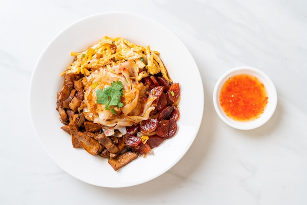 Nouilles de riz chinois à la vapeur avec sauce épicée - style de cuisine asiatique