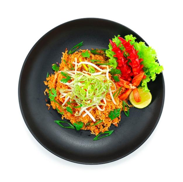 Nouilles de riz croustillantes aigre-douce sur le dessus escalope d'oignon de printemps et germes de soja cuisine thaïlandaise apéritif plat décorer la chaux et les légumes topview