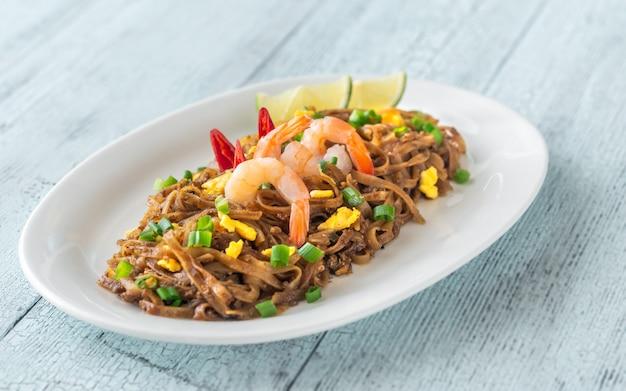 Nouilles de riz frit thaï sur une plaque