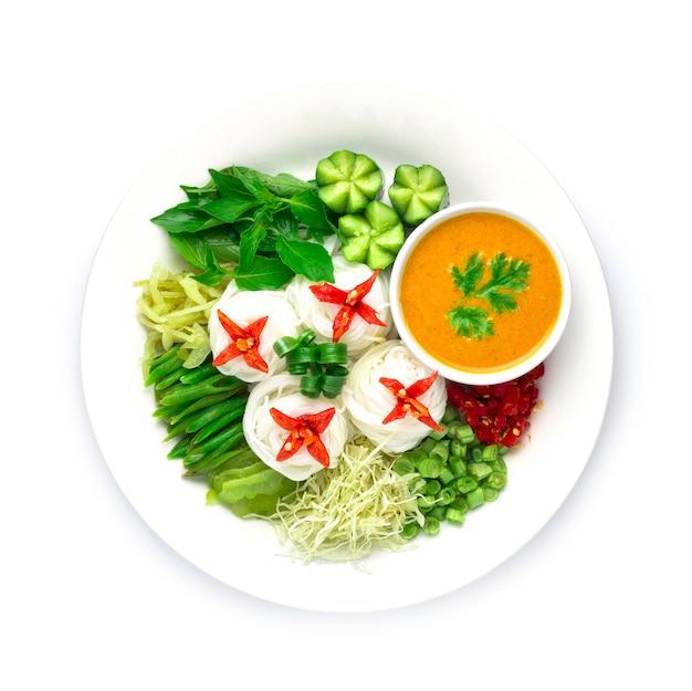 Nouilles de riz minces avec sauce au curry de poisson dans du lait de coco