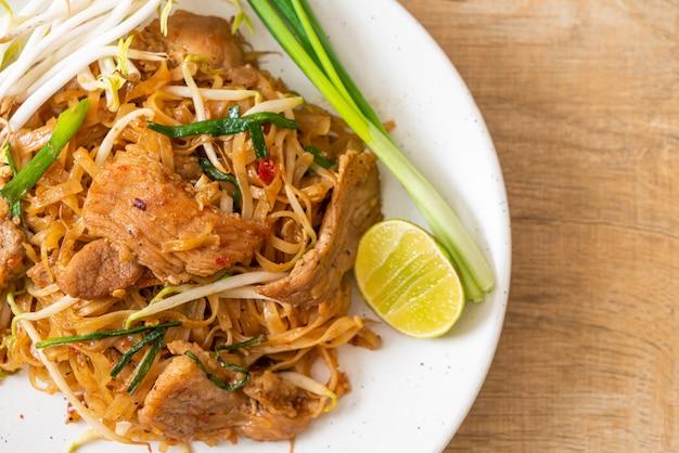 Nouilles de riz sautées au porc à l'asiatique