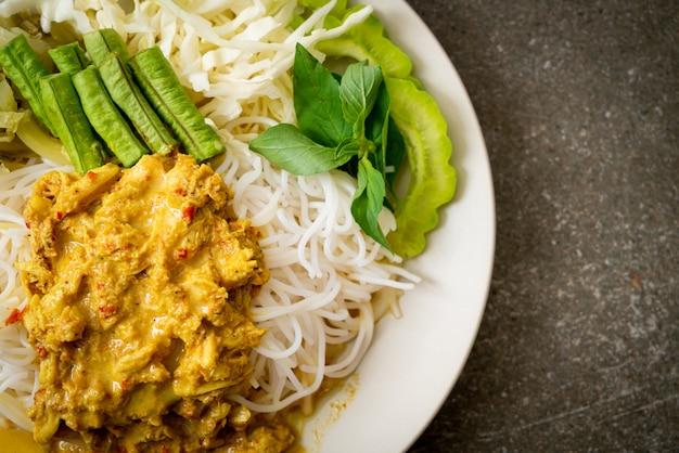 Nouilles de riz thaï au curry de crabe et légumes variés, cuisine du sud local thaïlandais